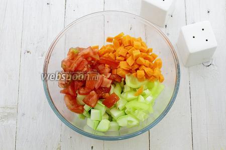 Овощи промойте и нарежьте небольшими кубиками. Смешайте в отдельной посуде. Приправьте солью и молотым перцем.