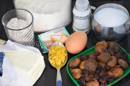 Для приготовления печенья нам понадобится инжир, изюм, масло сливочное, мука пшеничная, мука цельнозерновая, яйца, разрыхлитель, сахар, соль и цедра лимона.