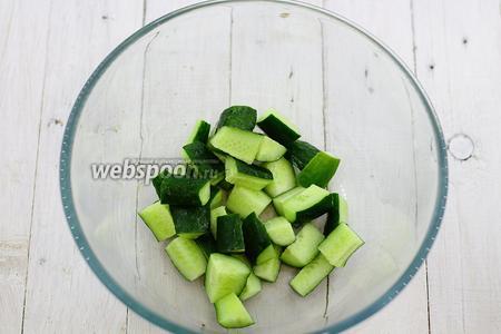 Все овощи, предварительно, промойте и обсушите. Поставьте варить фасоль до готовности. Куриное филе можно отварить, запечь или обжарить, на ваше усмотрение. Крупными кусочками нарежьте огурцы.