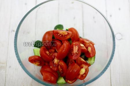 Добавьте нарезанный дольками помидор.