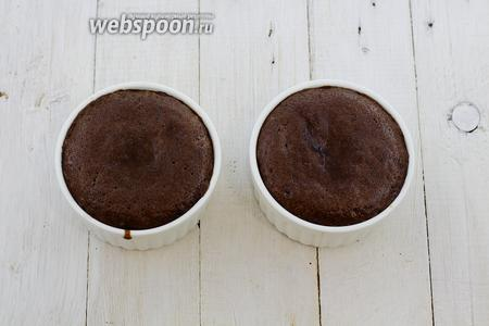 Горячее шоколадное пирожное с яблоком и белой смородиной готово. Приятного чаепития!