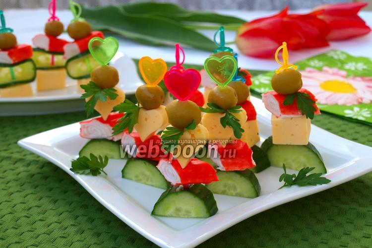 Рецепт Канапе с крабовыми палочками, сыром и оливками