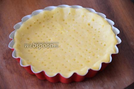 Выложить тесто в формочки для тарталеток диаметром 10 см и наколоть вилкой.