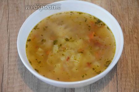 Затем добавляем лапшу, варим ещё 3-5 минут.Суп готов! Подавать суп в горячем виде с дольками яйца сваренного вкрутую и веточкой укропа. Приятного аппетита!