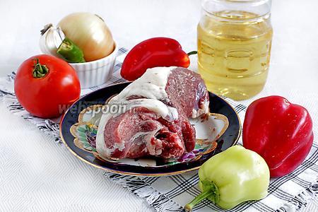 Для приготовления блюда возьмём мякоть баранины, репчатый лук, чеснок, сладкий перец (лучше красный), один крупный помидор или пару, масло растительное, специи, соль по вкусу.