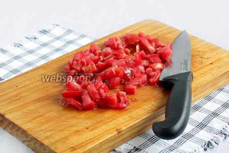 Помидоры можно не чистить от кожицы, никто в Узбекистане этим не занимается. Помидоры нарезать маленькими кубиками. Если кожица снимается сама у переспевших помидор, то можно её снять чулком.