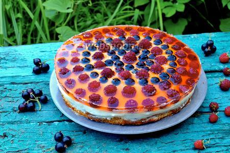 Бисквитный торт с ягодами в желе и сливочным кремом