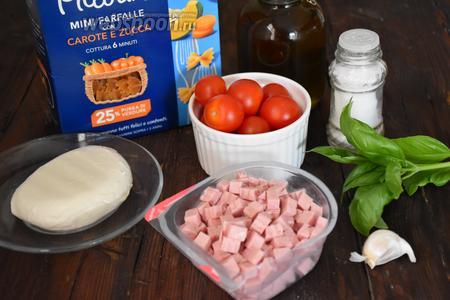 Для приготовления итальянского салата с макаронами и ветчиной нам понадобится паста фарфалле, ветчина, сыр Моцарелла, базилик зелёный, чеснок, помидоры черри, масло оливковое и соль.