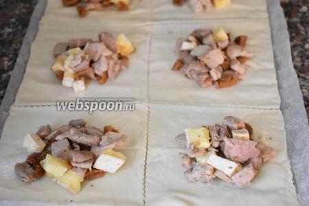 Тонко раскатать тесто  в прямоугольник и разрезать на 8 больших квадратов. Поместить начинку в центр каждого квадрата.
