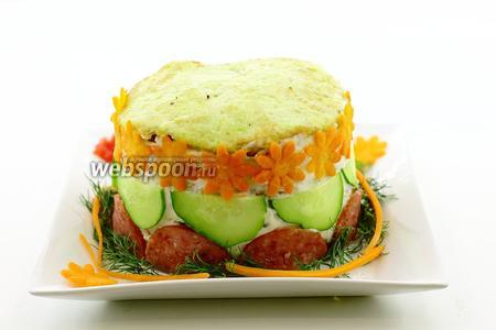 Блюдо украсьте веточками свежего укропа, соломкой и цветочками из моркови.