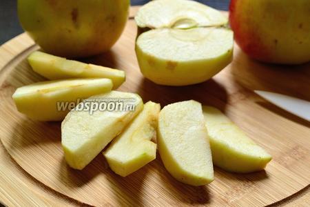 Яблоки нужно очистить от кожуры и сердцевины. А затем нарезать не очень толстыми  дольками.