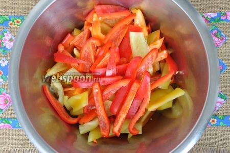 Подготовим овощи. Перец моем, удаляем серединку и режем полосками.