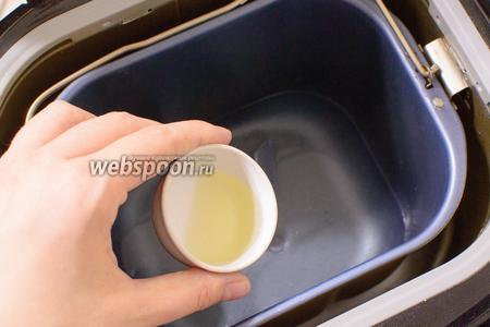 В чашу хлебопечки налейте воду, добавьте масло.