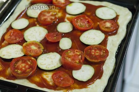 На свободное место размещаем тонкие кружки томатов.