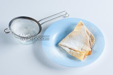 Крепы Ватель принято сервировать с сахарной пудрой. Честно скажу, мне было сладковато, но попробовать — попробовала, а вы уж сами для себя решайте.