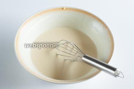 Постепенно вмешиваем сметану и молоко. Получившуюся жидкую смесь оставляем в покое на 2 часа.
