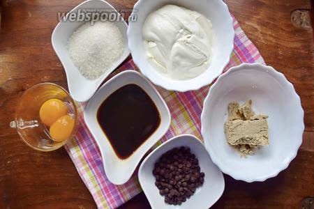 Для приготовления домашнего мороженого возьмём сливки жирные, свежесваренный кофе, сахар, халву, шоколадные капли, желтки куриные.