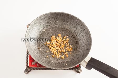 Грецкие орехи рубим и слегка обжариваем на сковородке для интенсификации запаха в капельке растительного масла.