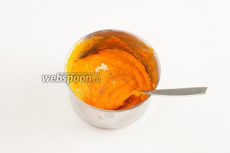 Тушеную тыкву пюрируем до мелкодисперсности, разбавляем до желательной консистенции водой, в которой варятся макароны, солим, перчим, добавляем листики тимьяна и свежевыжатый второй зубчик чеснока. Размешиваем.