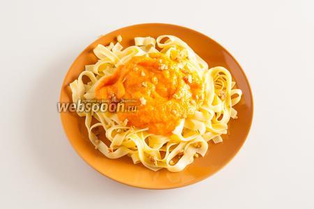 Севириуем макаронные изделия, полив их тыквенным соусом и посыпав рубленным грецким орехом.