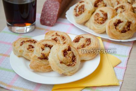 Закуска из слоеного теста с салями и пармезаном