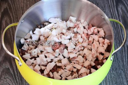 Свиной жир замороженный нарезаем мелкими кусочками. Перемешиваем содержимое.