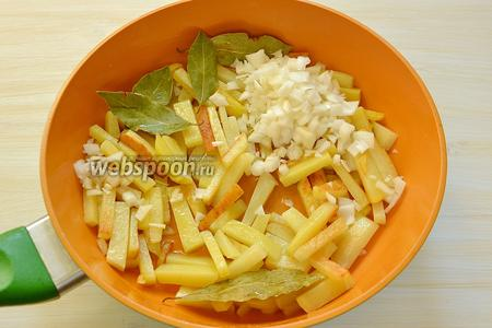 Выставляем среднюю температуру, выкладываем на картошку лавровые листики и мелко порезанный лук, жарим почти до готовности минут 7-8, перемешивая картошку для образования поджаренных корочек.