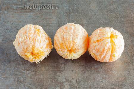 Поскольку для добычи сока будет использоваться центрифугування электросоковыжималка, апельсины чистим.