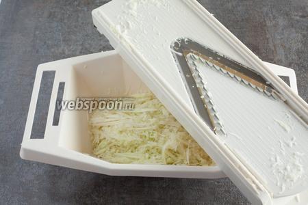 Капустку трём на овощерезке, насадка — для мелкой соломки. На 1 такой бутерброд — это вообще раза 3 шаркнуть. Я просто как раз готовила ещё кое-что.