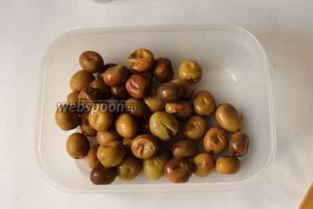 Подготовленные оливки укладываем в контейнер. Берём контейнер, который можно плотно закрыть крышкой.