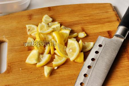 Лимон режем на тонкие четвертинки.