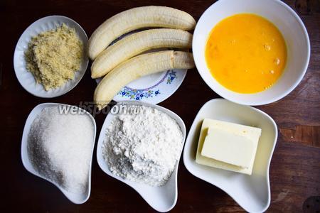Вот какие продукты нам понадобятся для приготовления бананового хлеба: мука пшеничная и миндальная, сахар, бананы, масло сливочное и куриные яйца (ровно 135 грамм оказались в 3 средних яйцах).