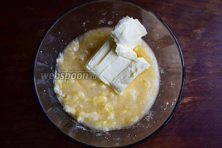 Далее, добавляем к бананам мягкое сливочное масло и взбиваем миксером смесь на самой высокой скорости.