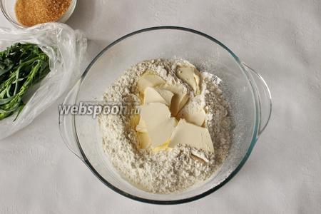Приступим к приготовлению теста, для этого просеем муку, добавим сахар, соль (щепотку). Далее добавим мягкий маргарин.