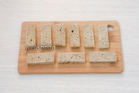Бородинский хлеб порезать на прямоугольники. Толщина каждого хлебца примерно 0,5-0,7 см, а длина по размеру рыбок.
