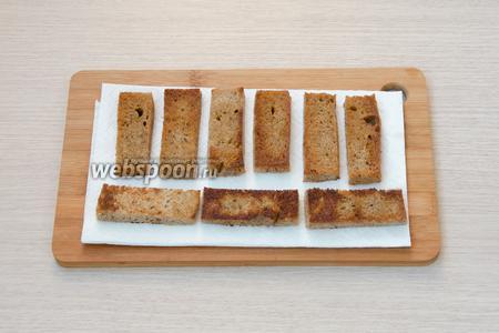 Обжарить хлеб на разогретой с растительным маслом сковороде, а затем выложить на бумажное полотенце.