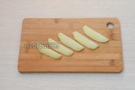 Картофель (у меня был предварительно отваренный) очистить от кожуры и порезать тонкими полосками.