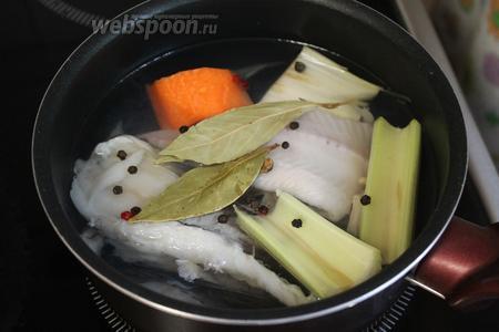 Залить водой рыбу, добавить 0,5 стебля сельдерея, кусок моркови, лука, лавровый лист и перец горошком.