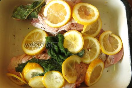 Маринуем 8 часов — перчим и выкладываем лимон, и шалфей на крыло.
