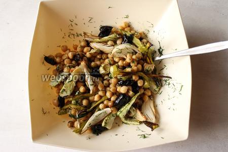 Салат перемешиваем, добавляем оливковое масло и подаём.