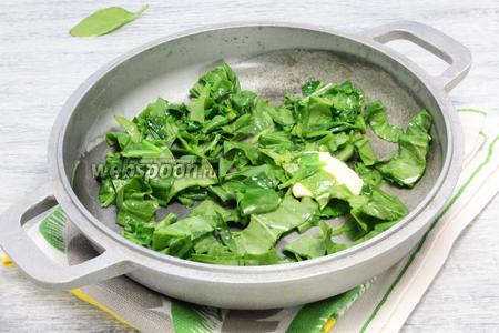 Примерно 1/3 чистых, разрезанных полосками листьев шпината размягчаем на сливочном масле (около 30 г). Держим на огне не более 1,5 минут. Затем измельчаем в блендере. Эта часть шпината нужна для теста.