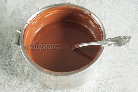 Примерно за 30 минут до окончания цикла производства мороженого, начинаем топить на водяной бане шоколад, не забывая его помешивать. Температура воды должна быть чуть выше температуры тела, но, конечно, не перегревать.