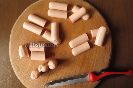 Нарезаем сосиски. 3 вдоль и поперёк, на 2 части — лапки. Кончики делаем по 3 надреза, это пальцы. 2 сосиски — на 3 части, всего 6 кусочков. Край 3 штуки, делаем надрез рот. Средняя часть и одно окончание — хвост.