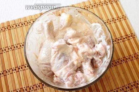 Обмазываем курицу майонезом и солью. Маринуем 30 минут.