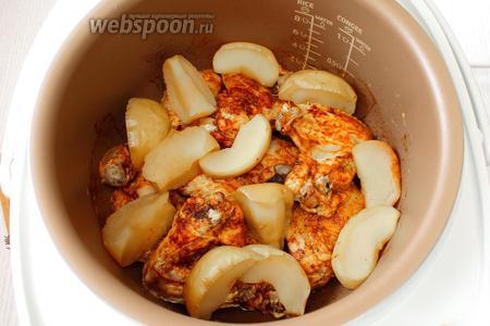 Наша курица, запечённая с яблоками в мультиварке, готова. Приятного аппетита!