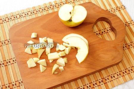 Пока будем заниматься приготовлением начинки, размораживаем при комнатной температуре слоёное тесто. У яблок вырезаем сердцевину, нарезаем кубиками.