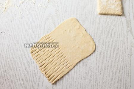 Раскатываем тесто в прямоугольники. С одной стороны делаем надрезы или сетку специальным роликом.