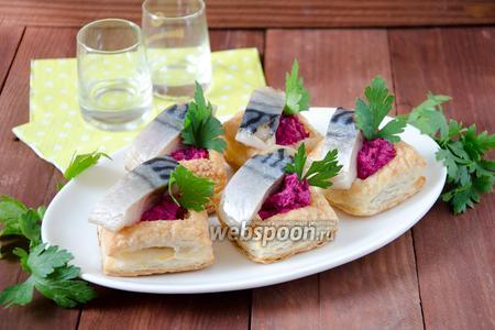 Закуска с солёной скумбрией и свёклой