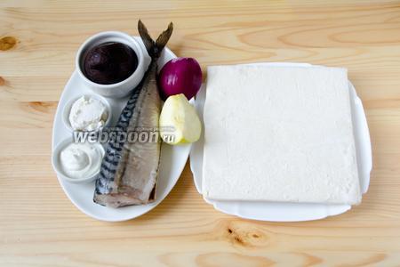 Для приготовления закуски нам понадобится слоёное тесто, солёная скумбрия, отварная свёкла, сметана, майонез, фиолетовый лук, чеснок, кусочек яблока, а также соль и перец.