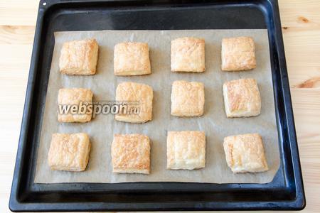 Выкладываем на противень, застеленный пергаментом, и печём в разогретой до 200°С духовке 20-25 минут.